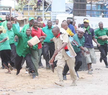 Kada wa Chadema Mkoani Dodoma, Arnold Swai akikimbizwa na wafuasi wa CCM jana, baada ya kutokea vurugu katika eneo la Mwanga baa, Dodoma
