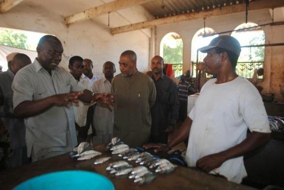 Mkurugenzi wa Mapinspaa Zanzibar Abeid Juma, akimueleza Maalim Seif hali ya usafi na uchafu katika soko la matunda Mombasa Zanzibar.