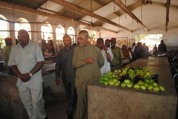 Makamu wa Kwanza wa Rais wa Zanzibar Mhe. Maalim Seif Sharif Hamad, akitembelea soko la matunda Mombasa
