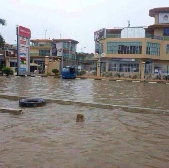 Hivi ndivyo eneo la maduka ya Mayfair Plaza, Mikocheni lilivyoonekana kufuatia mvua kubwa zinazoendelea kunyeesha jijini Dar es Salaam