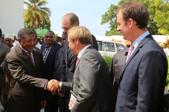 """Rais wa Zanzibar na Mwenyekiti wa Baraza la Mapinduzi Dk.Ali Mohamd Shein akisalimiana na Viongozi wakiwemo wawekezaji Kampuni na wadau wa maendeleo wakati  wa  uzinduzi wa  Tamasha la Maonesho ya Fursa za Ajira na Uzalishaji kwa vijana """"Youth Development Carrier Fair in Zanzibar""""uliofanyika leo katika Ukumbi wa Salama,Hoteli ya Bwawani  Mjini Unguja,[Picha na Ikulu.]"""