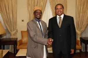 Rais Jakaya Mrisho Kikwete akipeana mikono na Kaimu Mufti Mkuu wa Tanzania Sheikh Abubakar Zubeiry Ikulu jijini Dar es salaam