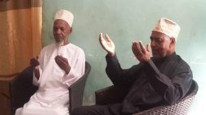Makamu wa Kwanza wa Rais wa Zanzibar Mhe. Maalim Seif Sharif Hamad, akiwa na Sheikh Habibu Ali Kombo wakiitia dua baada ya kumjuilia hali. (Picha na Salmin Said, OMKR)