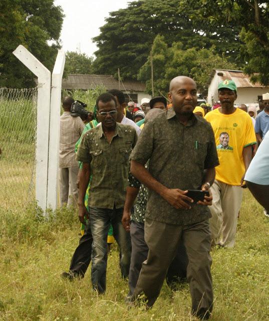 Mbunge wa Jimbo la Kikwajuni Mhe. Hamad Masauni akiwa katika ziara yake kutembelea mradi wa kisima cha maji kaburukikombe migimbani Zanzibar.