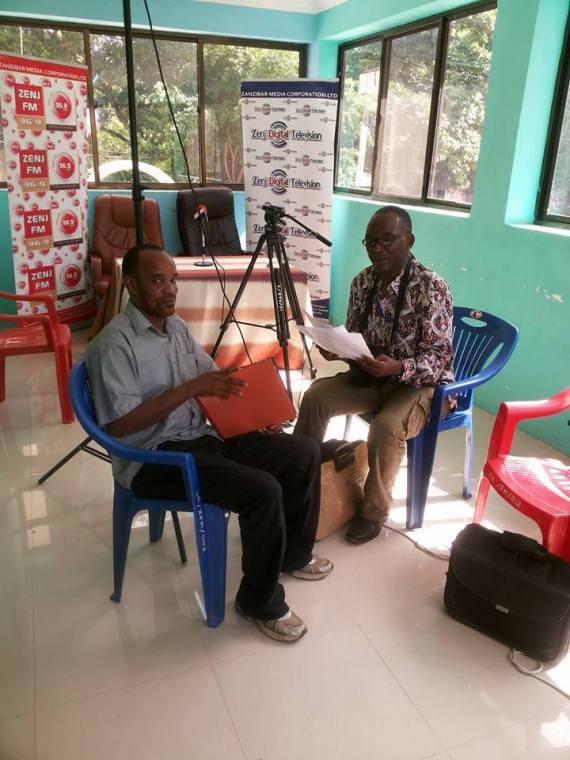 Kushoto ni mmiliki wa Blog ya Zanziar Islamic News akikaguliwa na Mhadhiri wa Chuo Kikuu Huria Dr. Hamza Kondo wakati akiwa katika mafunzo ya vitendo Zenji Fm radio Zanzibar